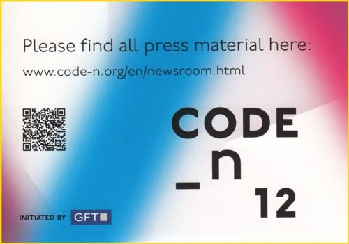 Werbekarte einer Firma mit dem deutlich sichtbaren QR-Code, der zu einer speziellen Seite der Firma mit entsprechenden Informationen führt